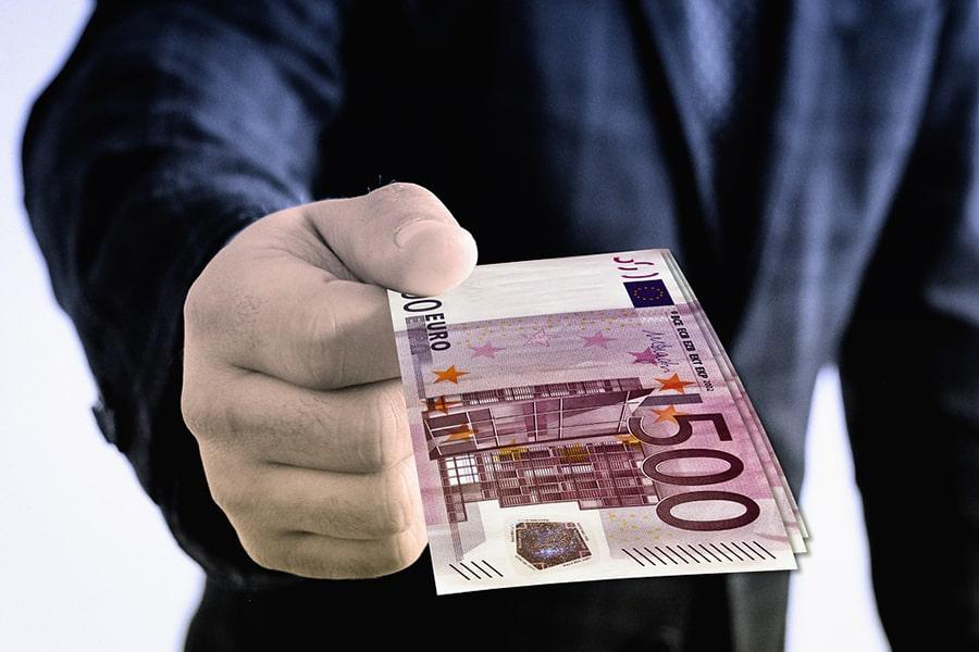 Mơ thấy người đàn ông lạ cho tiền.