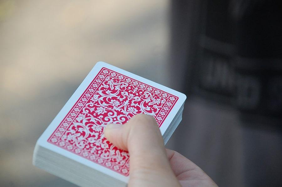 Nhân viên mơ thấy đánh bài mất tiền.